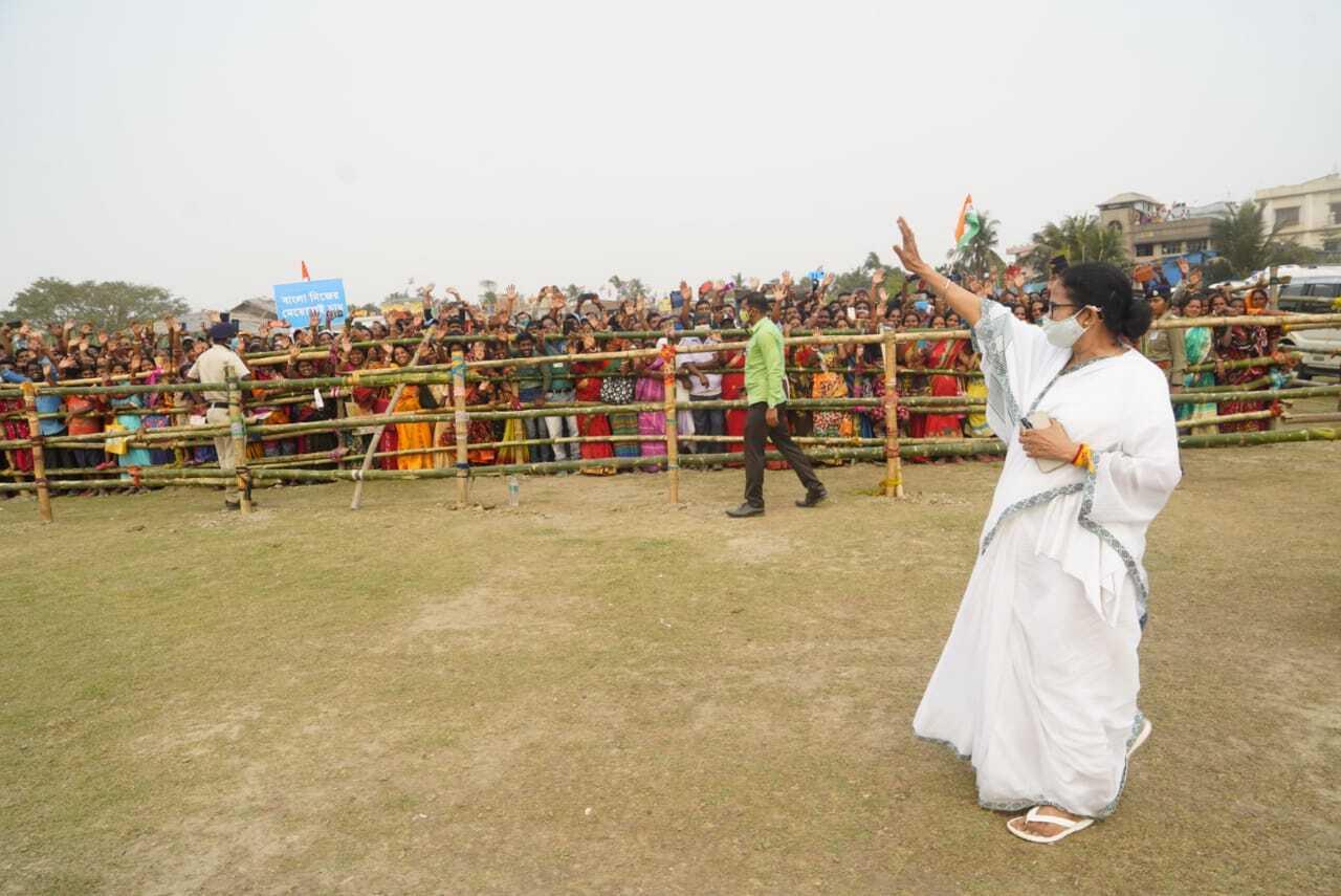 മമതാ ബാനര്ജി നന്ദിഗ്രാമില് നാമനിര്ദേശ പത്രിക സമര്പ്പിച്ചു, ചിത്രങ്ങള് കാണാം