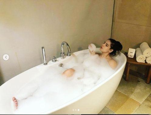 जरीन खान ने नहाते वक्त कराया फोटोशूट, वायरल हुईं तस्वीरें