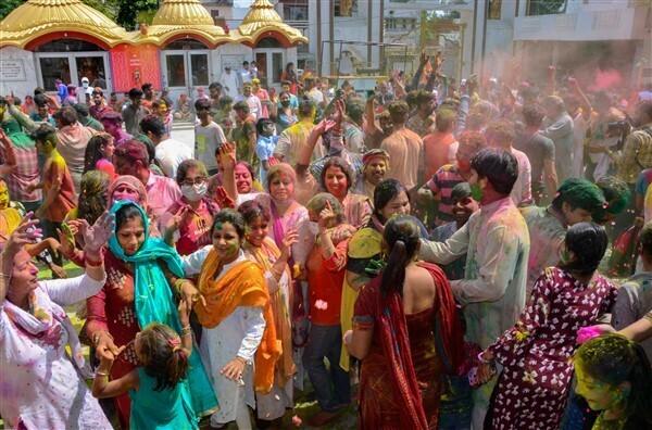 കോവിഡില് നിറം മങ്ങാതെ ഹോളി; കാണാം ഹോളി ആഘോഷചിത്രങ്ങള്