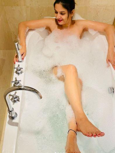 बाथटब में नहाती सेजल शर्मा की सुपर हॉट तस्वीरें वायरल