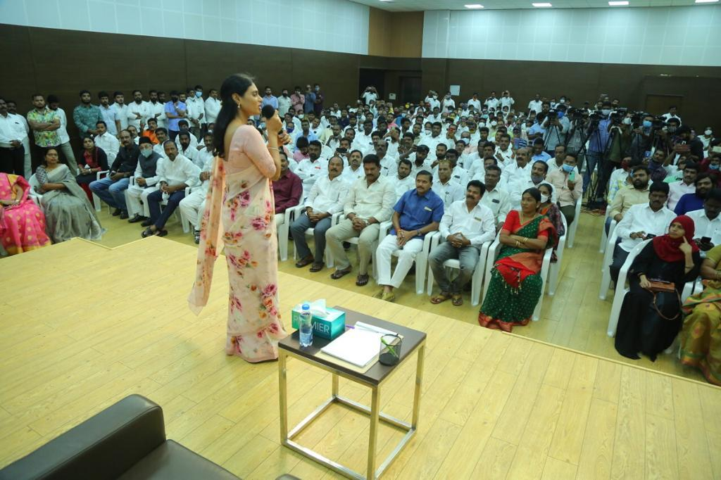 Photos Of YS Sharmila Interacting With Party Leaders  At Lotus Pond In Hyderabad
