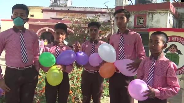 यूपी: सजे स्कूलों में बच्चों का शिक्षकों ने किया स्वागत, सीएम ने दिए चॉकलेट
