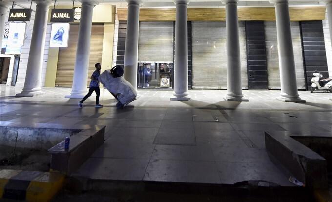 കോവിഡ് രണ്ടാംതരംഗം, ദല്ഹിയില് നൈറ്റ് കര്ഫ്യു, ചിത്രങ്ങള് കാണാം