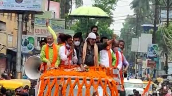 সোনারপুর উত্তর বিধানসভা কেন্দ্রের বিজেপি প্রার্থী রঞ্জন বৈদ্যর সমর্থনে রোড শো-তে মিঠুন চক্রবর্তী