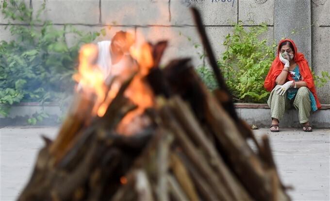 കോവിഡ് മരണം വര്ധിക്കുന്നു, രാജ്യത്തിന്റെ വിവിധ ഭാഗങ്ങളില് നിന്നുള്ള സംസ്ക്കാര ചടങ്ങുകളുടെ ചിത്രങ്ങള്