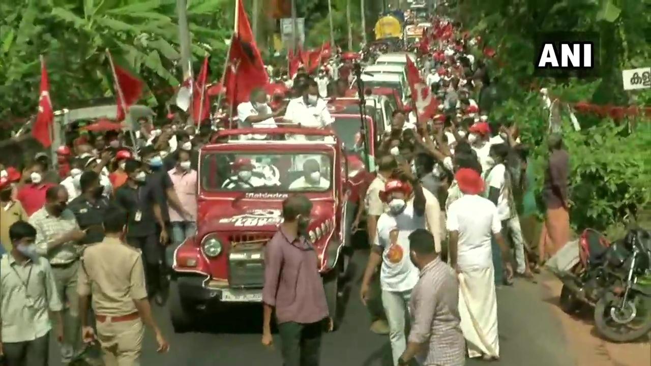 കണ്ണൂരിനെ ആവേശത്തിലാഴ്ത്തി മുഖ്യമന്ത്രി പിണറായി വിജയന്റെ റോഡ് ഷോ, ചിത്രങ്ങള് കാണാം