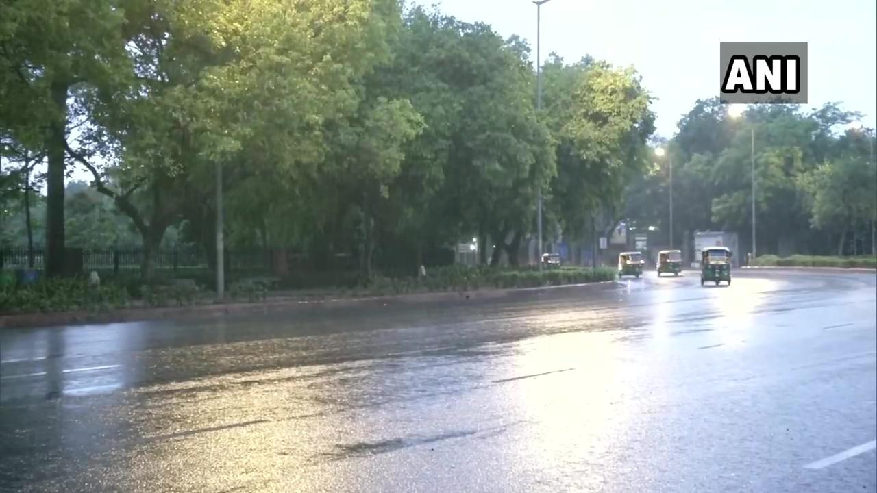 दिल्ली में जमकर बरस रहे मेघ, टूटा 70 सालों का रिकॉर्ड