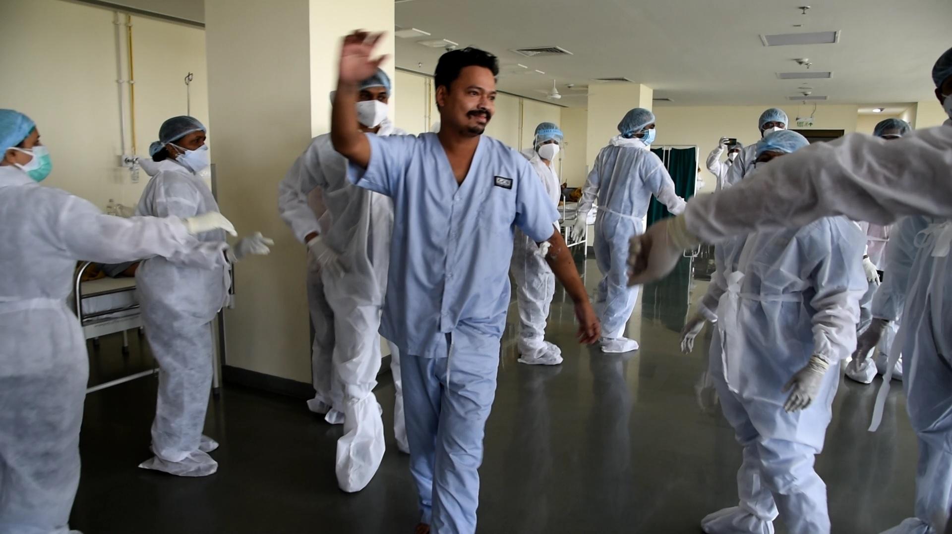 કોરોનાવાયરસના દર્દીઓ સાથે હોસ્પિટલ સ્ટાફે ઉજવ્યો આંતરરાષ્ટ્રીય નર્સિસ દિવસ