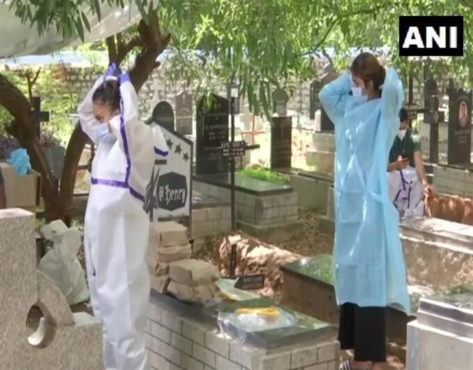 ബെംഗളൂരുവില് കൊവിഡ് ബാധിച്ച് മരിച്ചവരെ സംസ്ക്കരിക്കാന് രണ്ട് പെണ്കുട്ടികള്, ചിത്രങ്ങള് കാണാം