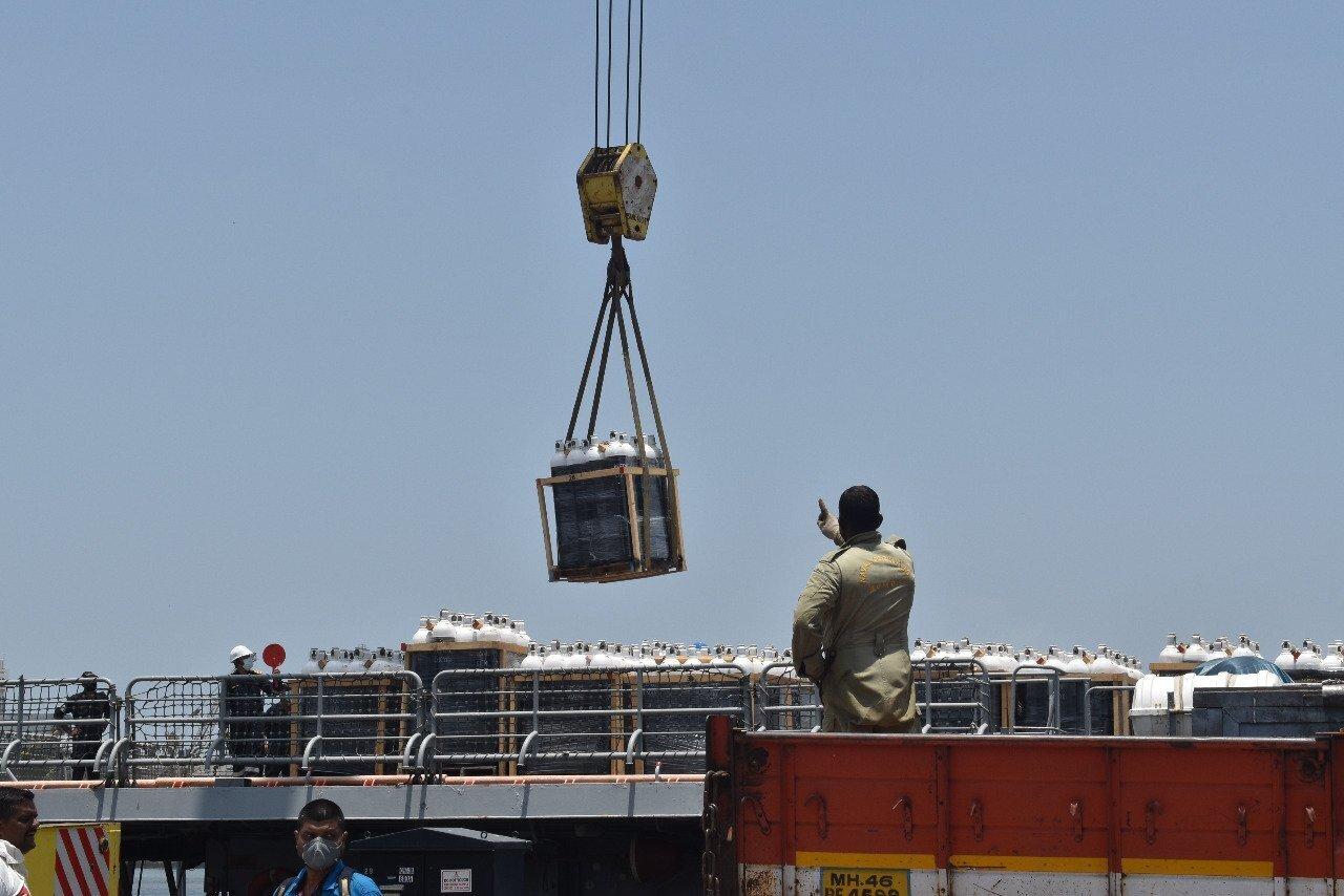 ಚಿತ್ರಗಳು: ಕತಾರ್-ಬೆಹ್ರೈನ್ನಿಂದ ಆಮ್ಲಜನಕದೊಂದಿಗೆ ಮುಂಬೈ ಬಂದರು ತಲುಪಿದ ಐಎನ್ಎಸ್ ತರ್ಕಶ್