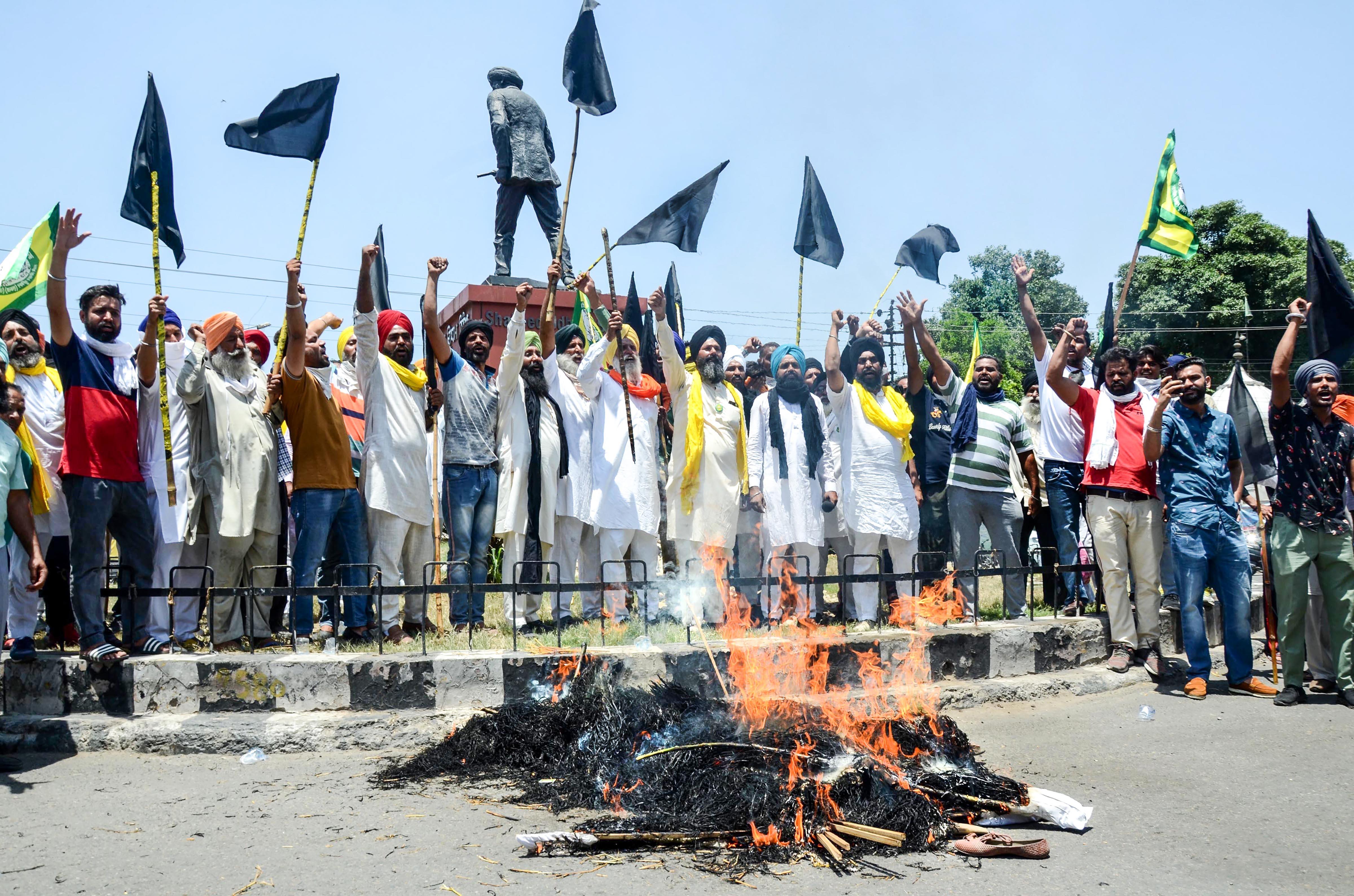 കേന്ദ്ര സര്ക്കാരിന്റെ നയങ്ങളില് പ്രതിഷേധിച്ച് രാജ്യ വ്യാപകമായി കരിദിനം ആചരിച്ച് സംഘടനകള്, ചിത്രങ്ങള്