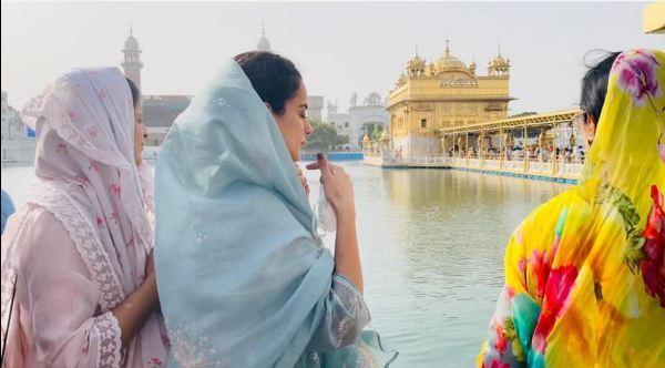 अपने परिवार के साथ पहली बार स्वर्ण मंदिर पहुंचीं कंगना रनौत