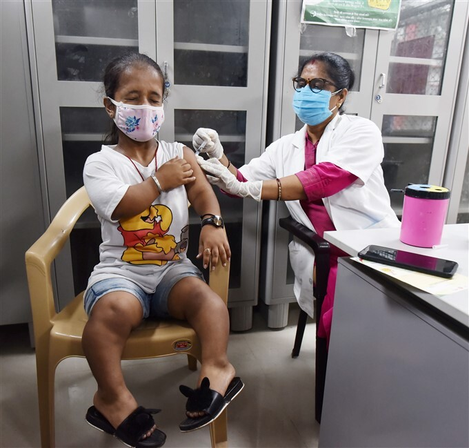 Covid-19 2nd Wave: Citizens Receive COVID-19 Vaccine During Third Phase Of Vaccination Across India, 19/05/2021