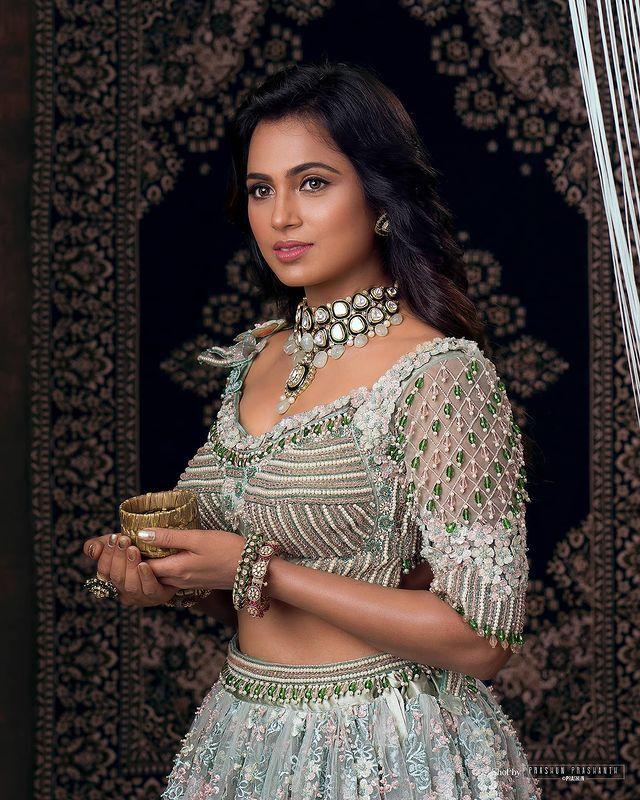 நானும் ராணி தான்...ரம்யா பாண்டியன் அசத்தல் ஃபோட்டோ