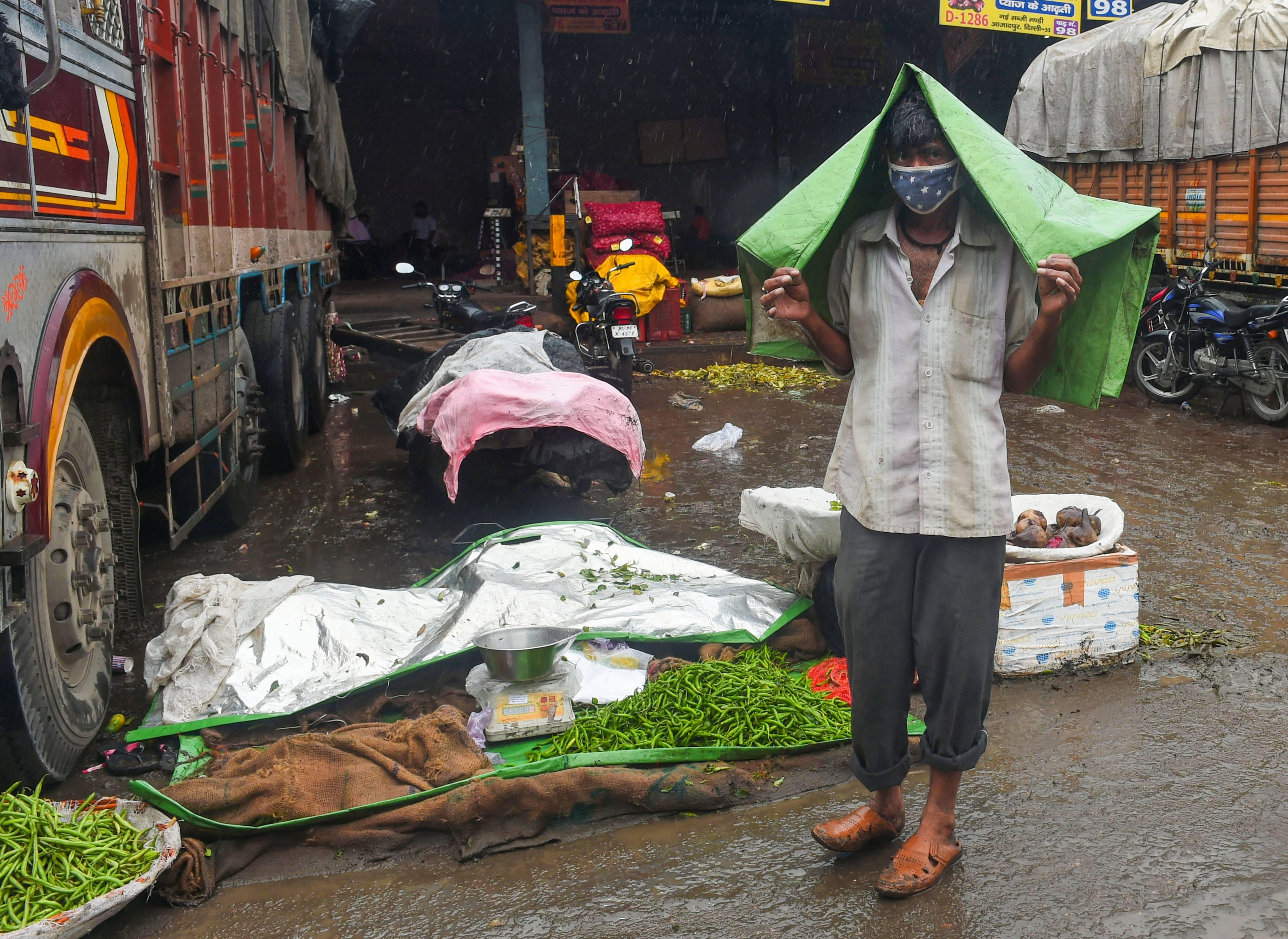 കനത്ത മഴയില് വെള്ളം കയറിയ ദില്ലി നഗരം, ചിത്രങ്ങള്