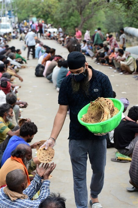Sikh Volunteers Serves Cooked Food For Homeless And Migrants During Lockdown In Delhi