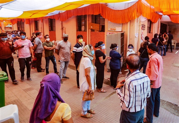Covid-19 2nd Wave: Citizens Receive COVID-19 Vaccine During Third Phase Of Vaccination Across Indian, 31/05/2021