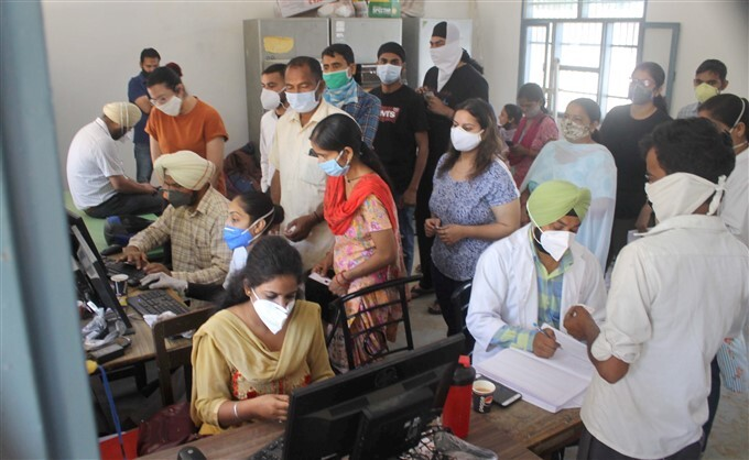 Covid-19 2nd Wave: Citizens Receive COVID-19 Vaccine During Third Phase Of Vaccination Across Indian, 21/05/2021