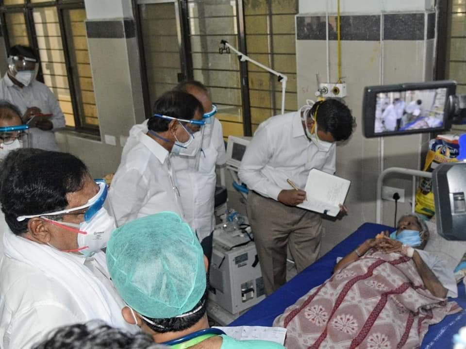 വാറങ്കല് എംജിഎം ആശുപത്രിയിലെ കൊവിഡ് വാര്ഡ് സന്ദര്ശിച്ച് തെലങ്കാന മുഖ്യമന്ത്രി കെസിആര്, ചിത്രങ്ങള് കാണാം