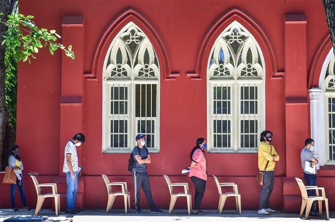 ಚಿತ್ರಗಳು: ಕೊರೊನಾ 2ನೇ ಅಲೆ: ಭಾರತದಲ್ಲಿ ಮೂರನೇ ಹಂತದ ಕೋವಿಡ್-19 ಲಸಿಕೆ ಸ್ವೀಕರಿಸಿದ ನಾಗರಿಕರು