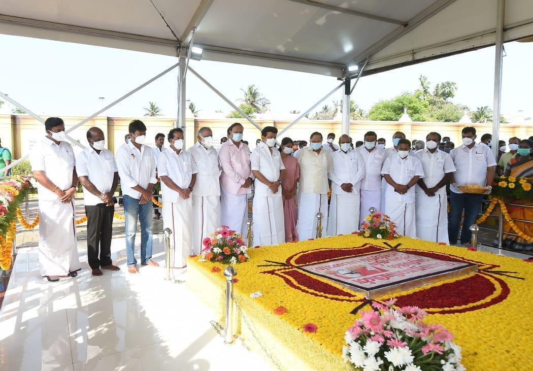 கருணாநிதியின் 98 ஆவது பிறந்தநாளில் நினைவிடத்தில் முதல்வர் ஸ்டாலின் அஞ்சலி