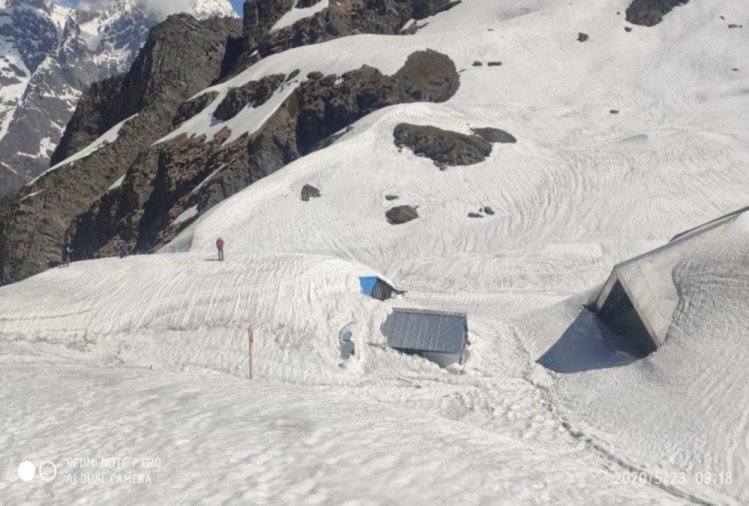 भारी हिमपात, बर्फ की सफेद चादर से ढंका हेमकुंड साहिब, देखें मनमोहक तस्वीरें