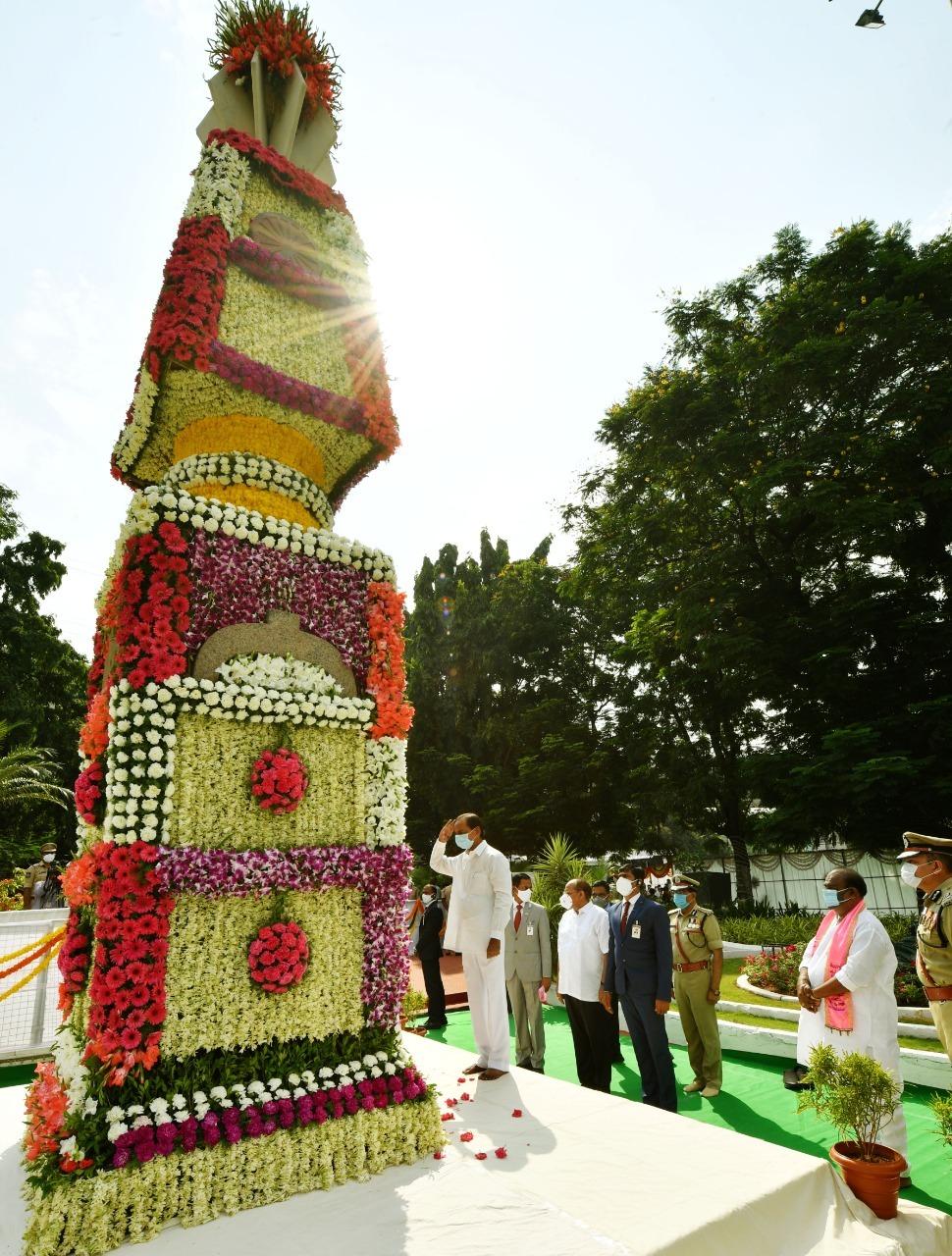గన్పార్క్ వద్ద అమరవీరులకు సీఎం కేసీఆర్ నివాళులు