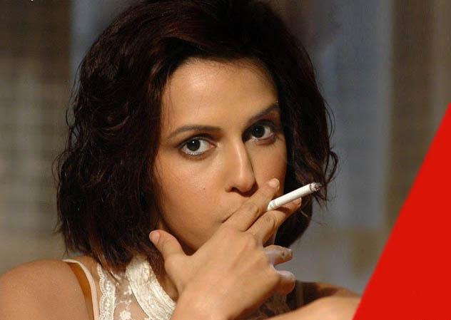 जब सिगरेट के कश लगाती कैमरे में कैद हुईं ये एक्ट्रेस, देखें तस्वीरें