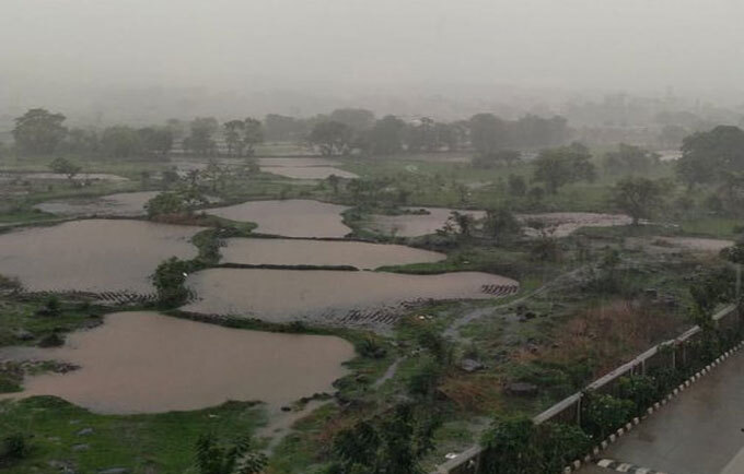 मुंबई में बारिश से मौसम हुआ सुहावना, कई जगहों पर भर गया पानी
