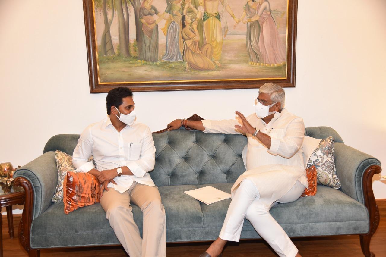 జగన్ ఢిల్లీ టూర్: కేంద్రమంత్రులు ప్రకాష్ జవడేకర్, షెకావత్లతో ఏపీ సీఎం భేటీ