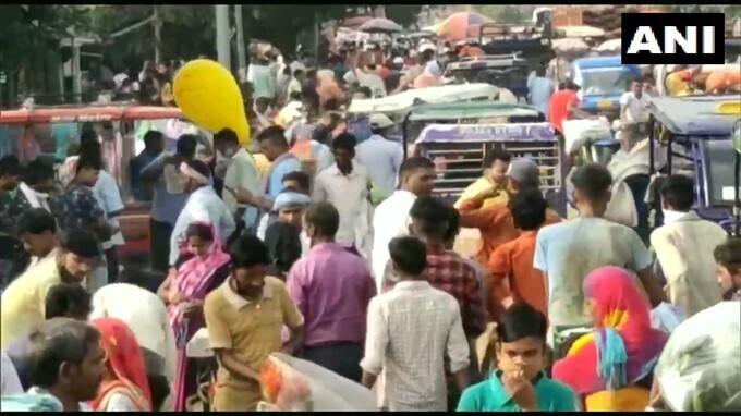 সামাজিক দূরত্বকে থোড়াই কেয়ার, মোরাদাবাদ বাজারে ধরা পড়ল করোনা বিধি লঙ্ঘনের চিত্র