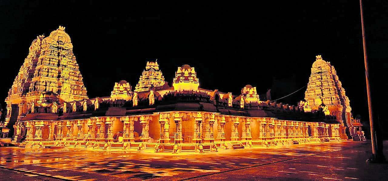 యాదాద్రి ఆలయం: విద్యుత్ అలంకరణతో వెలిగిపోతున్న లక్ష్మీనరసింహస్వామి ఆలయం