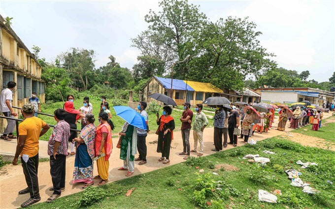 Covid-19 2nd Wave: Citizens Receive COVID-19 Vaccine During Third Phase Of Vaccination Across Indian, 01/06/2021