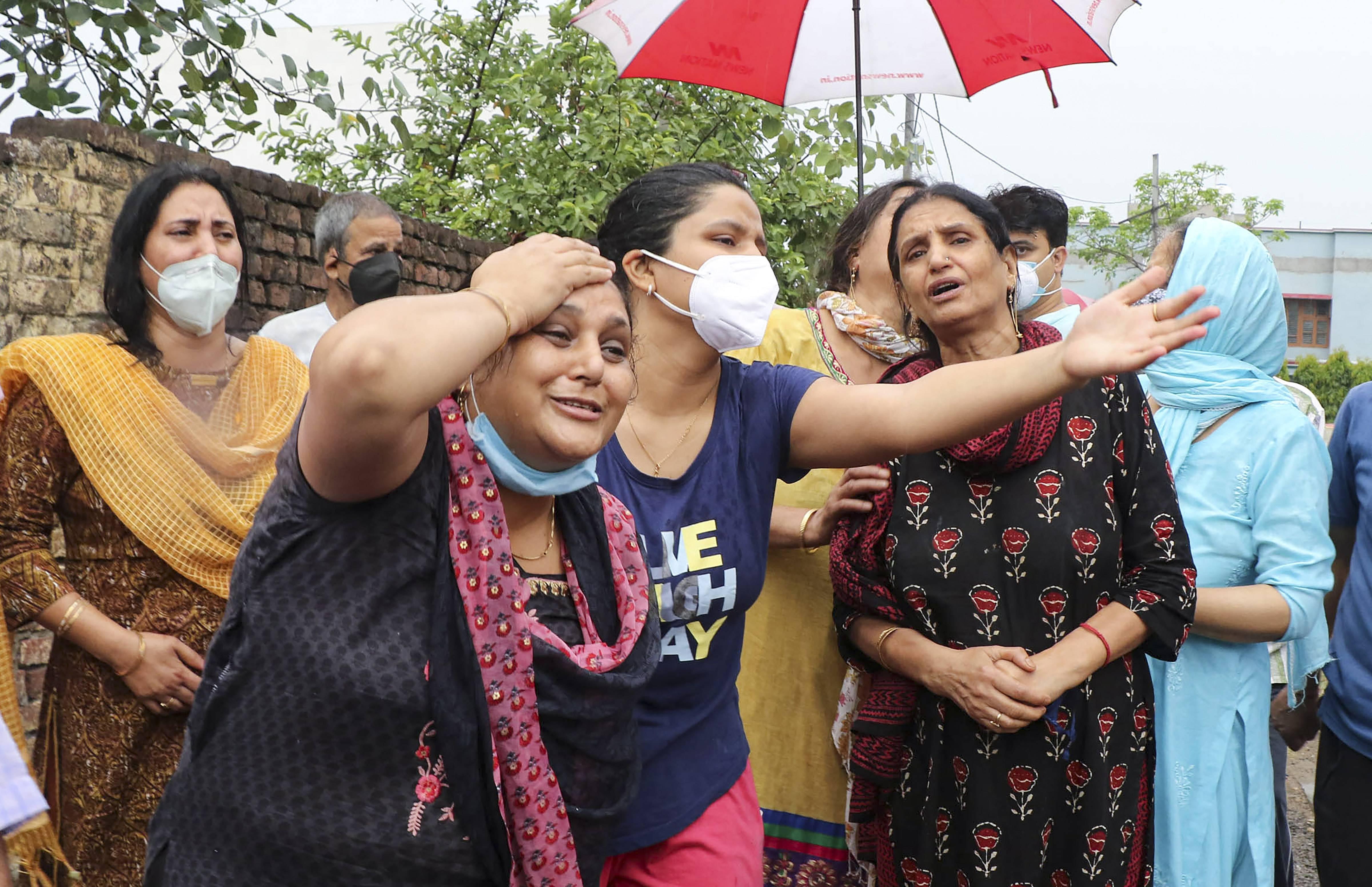 കശ്മീരില് കൊല്ലപ്പെട്ട ബിജെപി കൗണ്സിലര് രാകേഷ് പാണ്ഡ്യയുടെ ബന്ധുക്കളുടെ വിലാപം: ചിത്രങ്ങള് കാണാം