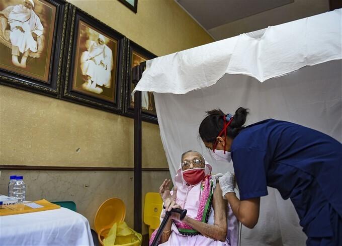 കൊവിഡ് വാക്സിനേഷന്റെ മൂന്നാം ഘട്ടത്തില് ഇന്ത്യയിലെ പൗരന്മാര്ക്ക് വാക്സിന് ലഭിച്ചു, ചിത്രങ്ങള് കാണാം