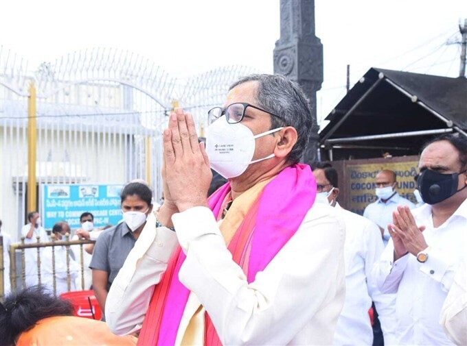 एक ही साल में दूसरी बार  भगवान वेंकटेश्वर के मंदिर  पहुंचे CJI एनवी रमण