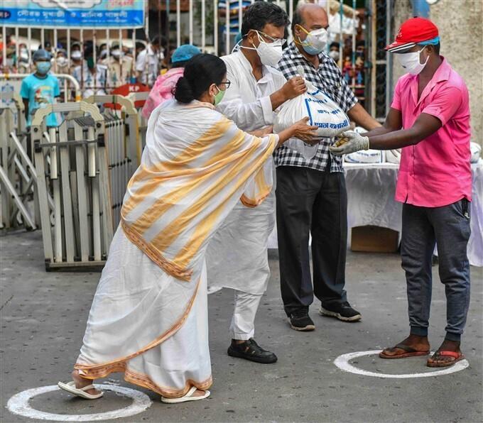 കരുതലായും കാവലായും ദീദീ; ബംഗാളിൽ മമതയുടെ സൗജന്യ ഭക്ഷണ വിതരണം