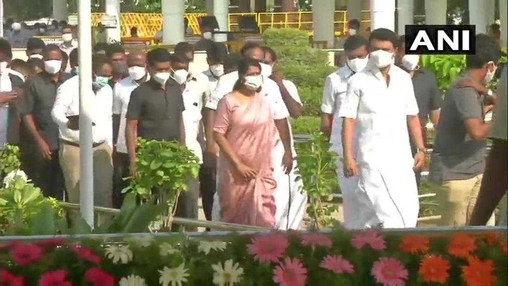കരുണാനിധിയുടെ 98ാം ജന്മ വാര്ഷകത്തില് മുഖ്യമന്ത്രി എംകെ സ്റ്റാലിന് പുഷ്പാര്ച്ചന നടത്തുന്നു: ചിത്രങ്ങള്