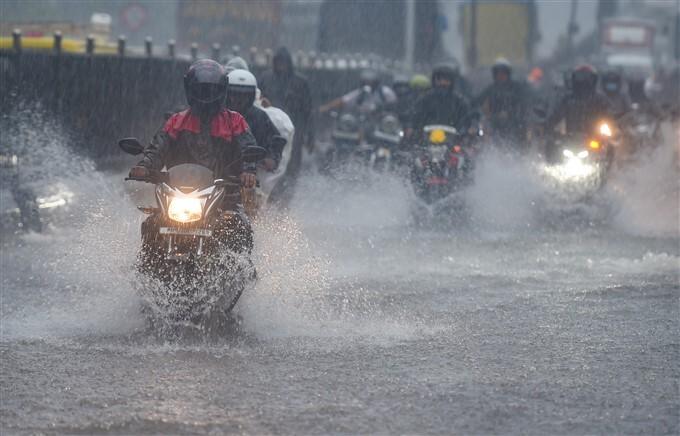 Heavy Rainfall Lashes In Mumbai