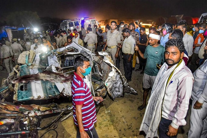 Bus Collided With A Tempo Truck In Kanpur