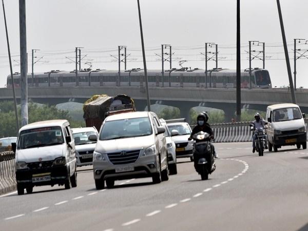 Delhi Unlock: मेट्रो से लेकर दिल्ली की सड़कों तक नजर आई भीड़
