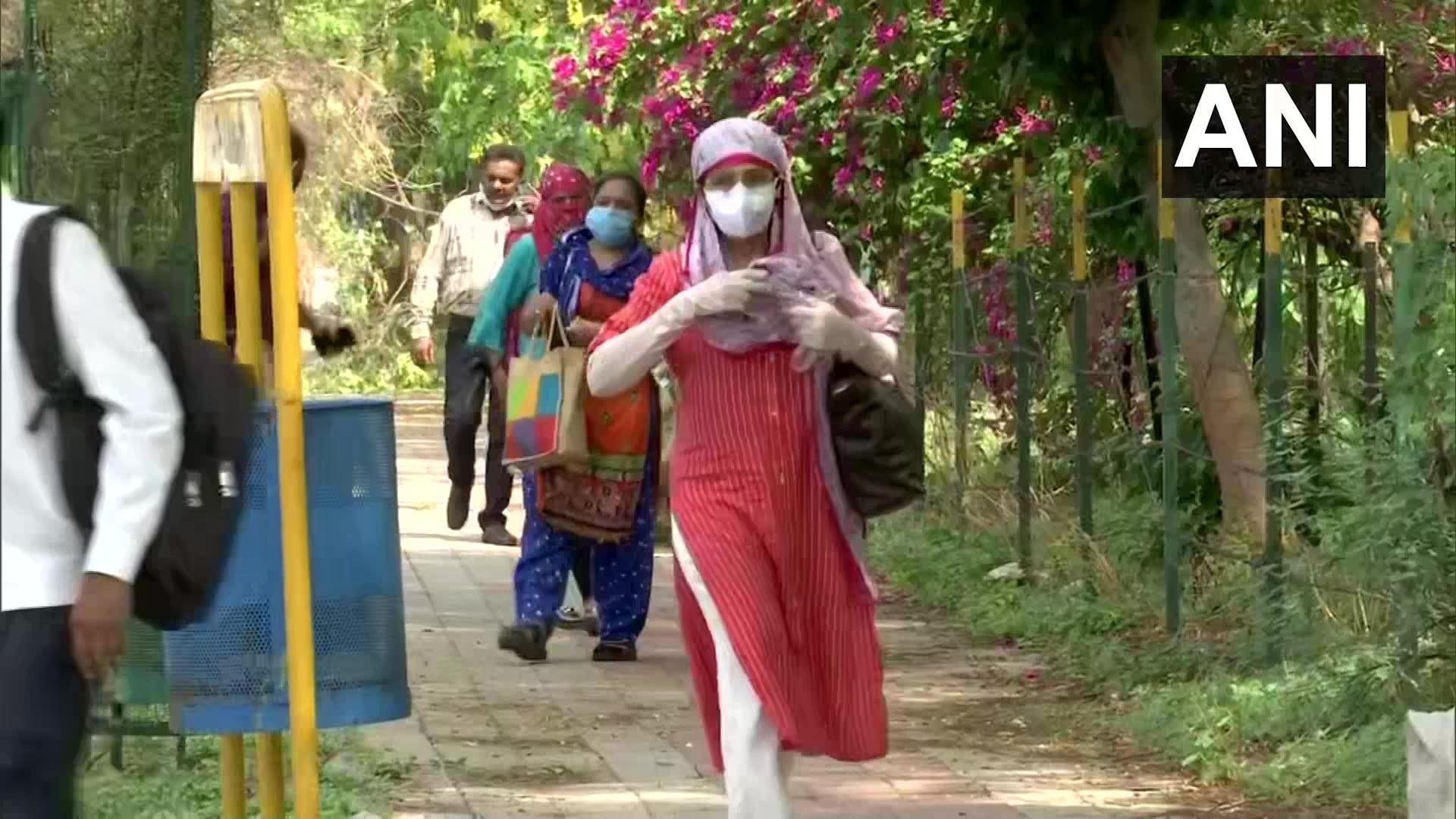 ലോക്ക്ഡൗണ് ഇളവ് പ്രഖ്യാപിച്ച് ഗുജറാത്ത്; സര്ക്കാര് ഓഫീസുകള് 'ഹൗസ്ഫുള്'- ചിത്രങ്ങള്