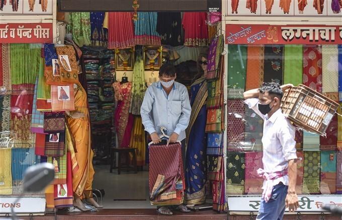 മഹാരാഷ്ട്രയിൽ കൊവിഡ് നിയന്ത്രണങ്ങളിൾ ഇളവ് ഏർപ്പടെുത്തിയപ്പോൾ, ചിത്രങ്ങൾ കാണാം
