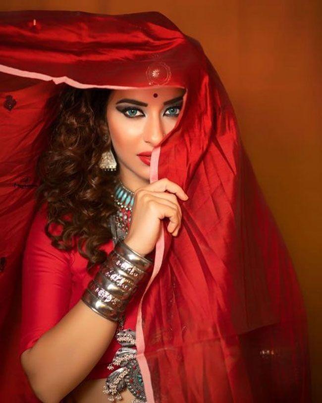 মালায়লম অভিনেত্রী মধুরিমার স্টানিং লুকের  ছবি দেখুন