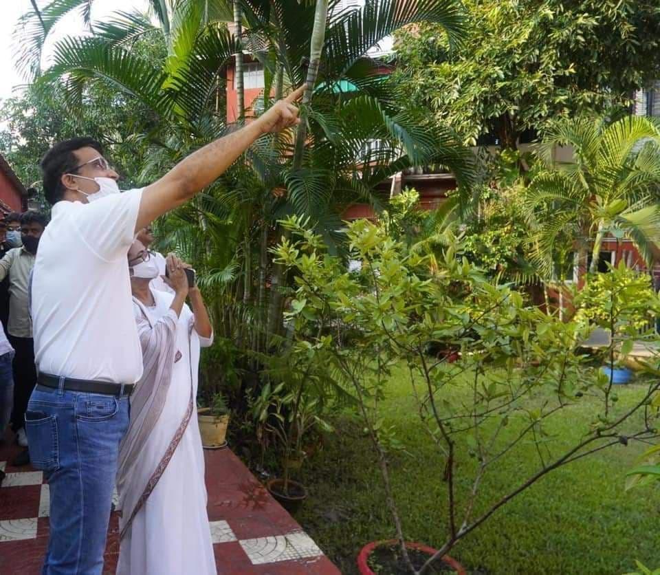 ৪৯তম জন্মদিনের শুভেচ্ছা জানাতে সৌরভ গঙ্গোপাধ্যায়ের বেহালার বাড়িতে মুখ্যমন্ত্রী মমতা বন্দ্যোপাধ্যায়