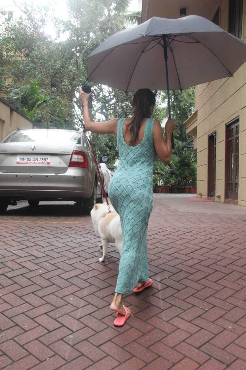 बारिश से भीगी सड़क पर छाते के साथ सैर पर निकलीं मलाइका अरोड़ा