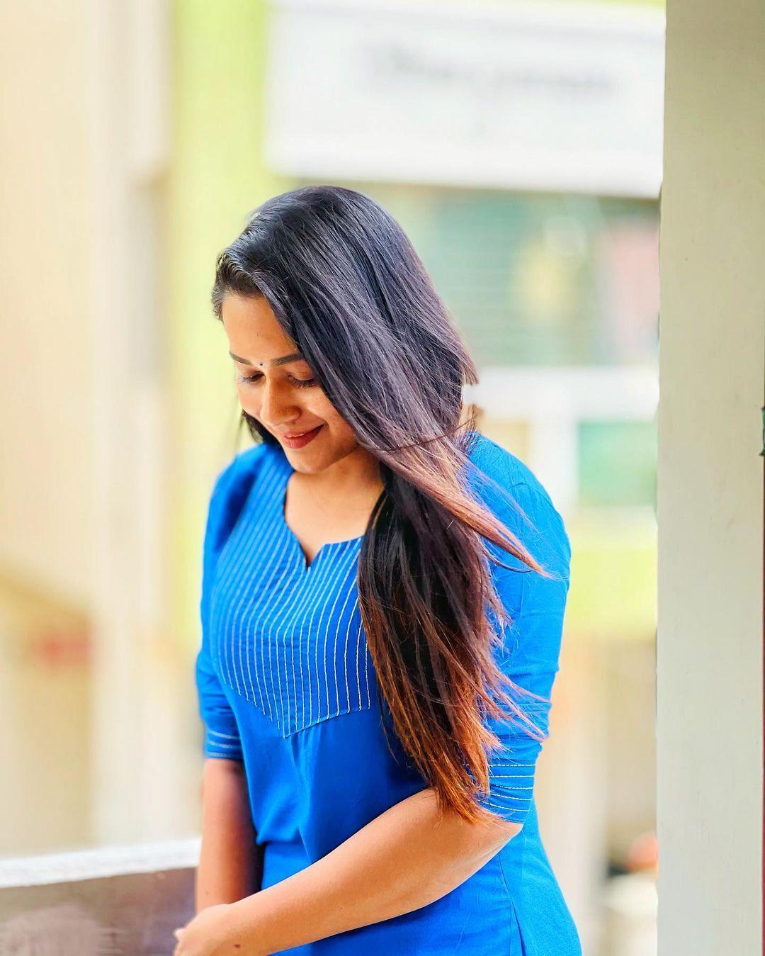 ப்ளூ டாப்புடன் நெஞ்சை அள்ளும் நடிகை காவ்யாவின் ஹாட் போட்டோஸ்!