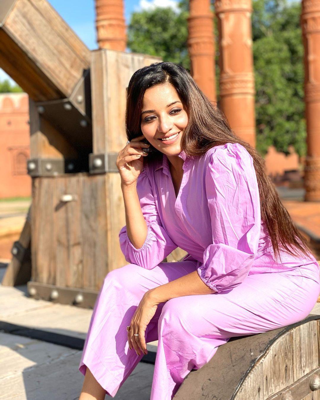 तस्वीरों में देखिए ट्रांसपेरेंट ड्रेस में भोजपुरी क्वीन मोनालिसा ने उड़ाया गरदा