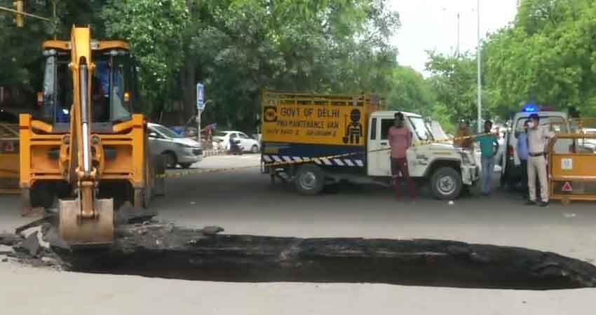 दिल्ली के हौज खास में सड़क पर हुआ बड़ा गड्ढा,यातायात बुरी तरह प्रभावित