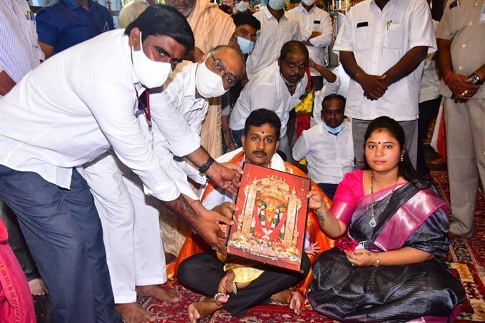 AP Deputy CM Pushpa Srivani Daughter Yashwitha Sri Jagathi At Durga Temple